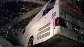 Autobus po nehodě na Slovensku visel nad roklí.