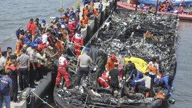 Při požáru trajektu zemřelo u Jakarty 23 lidí.