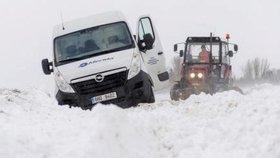 Silné sněžení trápí řidiče.