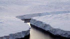 Na Antarktidě se odtrhne obří kus ledovcového šelfu