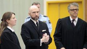 Breivik u příchodu k soudu opět hajloval.
