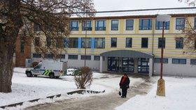 V Čelákovicích se v místním gymnáziu sesypal strop v místnosti.