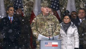 Do Polska dorazili vojáci NATO, vítala je premiérka i ministr obrany.