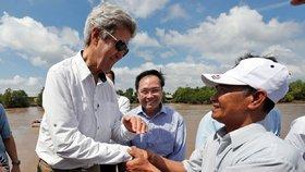 Šéf americké diplomacie John Kerry během návštěvy Vietnamu v sobotu zavítal do míst v deltě řeky Mekong, kde jako poručík amerického válečného námořnictva bezmála před půl stoletím bojoval. Setkal se tam s někdejším nepřítelem z komunistických partyzánských jednotek Vietcong. Někdejší nepřátelé, nyní sedmdesátníci, si srdečně potřásli rukama.