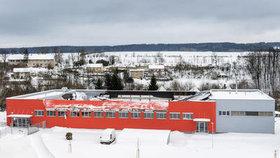 Ve sportovní hale v České Třebové, jejíž střecha se 14. ledna večer zřítila, bylo před pádem podle pořadatelů 80 lidí. Ačkoli pád konstrukce střechy byl poměrně rychlý, všem se podařilo z haly vyběhnout.