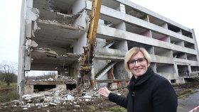 Ministryně Karla Šlechtová při demolici na sídlišti Chanov