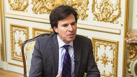 Bývalý velvyslanec USA v Česku Andrew Schapiro pracuje pro finančníka Zdeňka Bakalu. Je jedním z jeho právníků v případu žaloby, kterou Bakala podal na podnikatele Pavola Krúpu pro vydírání u amerického federálního soudu.