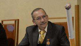 Jaroslav Kubera si už v minulosti přinesl kvůli protikuřáckému zákonu do Senátu pomůcku.