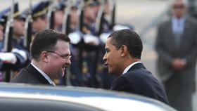 Barack Obama s tehdejším šéfem hradního protokolu Jindřichem Forejtem během své návštěvy Prahy v dubnu 2009