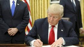 """Trump ohlásil """"protimuslimský"""" dekret číslo 2. A popřel spojení s Rusy."""