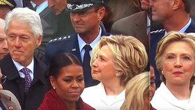 Koho to sleduješ, Bille? Hillary přistihla manžela při okukování žen.