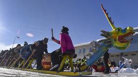 Závody dračích saní, podle pořadatelů jedinečný závod v Evropě i ve světě vyjma Číny, uspořádali 21. ledna na rychlobruslařském oválu ve Žďáru nad Sázavou nadšenci z místního Windsurfing Clubu.