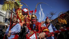 Asie se připravuje na příchod nového čínského roku. V ulicích propukají oslavy.