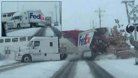 Vlak rozpůlil kamion na železničním přejezdu v Utahu.