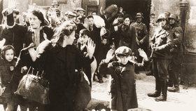 Nacisté dohlížejí na odchod Židů z domovů