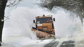 Na české silnice napadla nová vrstva sněhu, řidiči by měli být na cestách opatrní