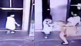 Matka drsně skopla vlastní dceru na zem. Zachránila ji ale před rozmačkáním dveřmi od výtahu.