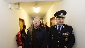 Policisté v čele s ministrem vnitra Milanem Chovancem a policejním prezidentem Tomášem Tuhým kontrolovali cizince na ubytovnách v Plzni.