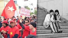 Mladí Vietnamci promluvili o životě v Česku a zkušenostech jejich rodičů (s vlajkou  Hai Anh, vlevo na černobílé fotce Thuy Duong).
