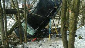 Při nehodě u Dolních Niv zemřel v autě muž po nárazu do stromu.