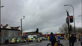 Auto najelo v jižním Londýně do skupiny chodců, pět lidí bylo zraněno.