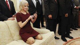 Snímek Trumpovy poradkyně Kellyanne Conwayové klečící na pohovce vyvolal skandál.