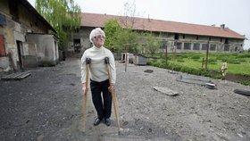 Zdena Mašínová před statkem v Lošanech.