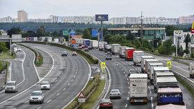 Silný provoz sužuje ve čtvrtek řidiče na silnicích Vysočiny včetně úseku dálnice D1.