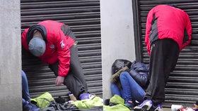 V Manchesteru mají problémy s bezdomovci, kteří kouří syntetickou marihuanu.