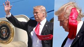Donald Trump má jednoduchý trik, jak ukočírovat neposednou kravatu.