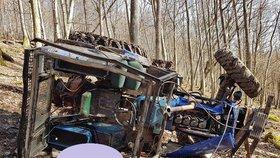 Tragédie: Otce dvou malých dětí zavalil v lese traktor.