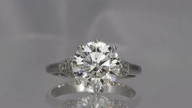 Prsten za 12 milionů korun je zdoben kvalitním pětikarátovým diamantem, který je dále osazen menšími kameny.