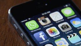 Chytré telefony od společnosti Apple dokáže CIA proměnit v odposlouchávací zařízení, odhalily dokumenty.