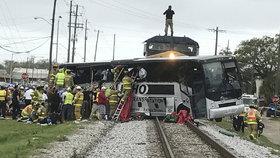 Při srážce vlaku s autobusem v USA zemřeli nejméně čtyři lidé.
