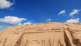 Průčelí Velkého chrámu v Abú Simbel. Sochy Ramesse II. sedícího na trůnu jsou vysoké 20 m.
