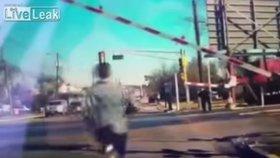 Muž riskuje život, aby zachránil nebohou stařenku! Tu málem přejel vlak.