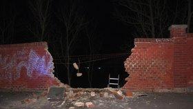 Šofér v Plzni prorazil autem cihlovou zeď.