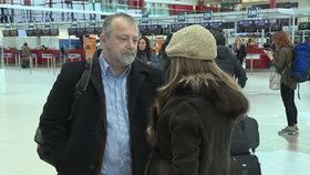 Hynek Kmoníček odlétá do USA jako Velvyslanec. S sebou má jen nejnutnější věci. Na Letiště Václava Havla ho přišla vyprovodit manželka.