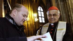 Kardinál Miloslav Vlk v roce 2005, kdy byl pražským arcibiskupem. Po jeho boku Daniel Herman, který v té době dělal mluvčího České biskupské konferenci.