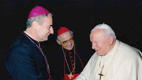 Kardinál Miloslav Vlk (uprostřed) a brněnský biskup Vojtěch Cikrle (vlevo) v roce 1997 na setkání s papežem Janem Pavlem II. v Římě při návštěvě ad limina