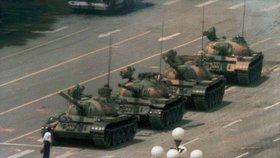 """5. června 1989. Statečný muž známý jako """"Ten, co se postavil tankům"""" vlastním tělem zastavil kolonu tanků čínské armády, která krvavě potlačila povstání na náměstí Nebeského klidu. Fotografie brzy obletěla celý svět."""