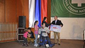 Šeky Kotleba předal v rámci galavečera, který strana pořádala při oslavě výročí vzniku samostatného slovenského státu.