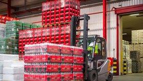 Nápoje Coca-Cola, Fanta, Sprite a Kinley tonic se v Česku už nebudou prodávat ve dvoulitrovém balení. Před týdnem je začala společnost Coca-Cola nahrazovat lahvemi o velikosti 1,75 litru a 2,25 litru a šestiplechovkovým balením po 330 mililitrech.