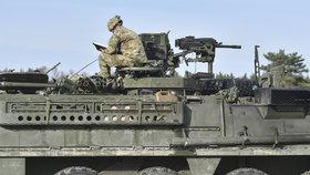 Českem přejíždí konvoj americké a britské armády mířící z Německa do Polska.