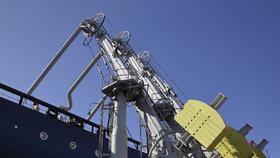 Stáčecí zařízení se připojí k čerpadlům na lodi.
