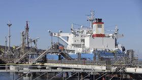 Pro české rafinerie zpravidla vozí ropu tankery s kapacitou do 80 tisíc tun.
