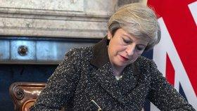 Britská premiérka Theresa May připojuje svůj podpis. Teď je brexit oficiální.
