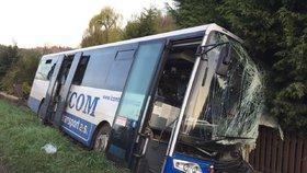 U obce Jedomělice u Kladna sjel řidič autobusem ze silnice.