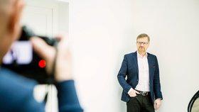 Předseda ODS Petr Fiala se fotí na billboard před kampaní k volbám do Poslanecké sněmovny. Volby budou 20. a 21. října 2017.