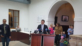 Ministr pro lidská práva Jan Chvoja si přivedl na tiskovou konferenci matky s dvojčaty a vícerčaty. Pomohl jim zvednout rodičovský příspěvek.